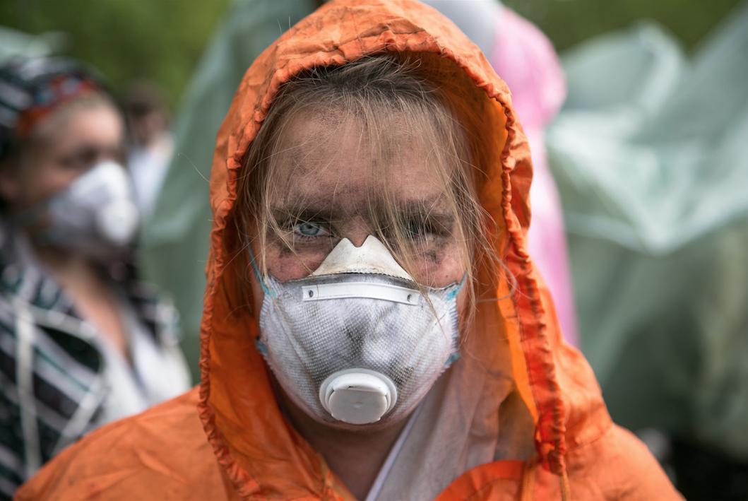 Activista participante en el bloqueo a una mina gigante de lignito en Alemania. Foto CC: Fabian Melber