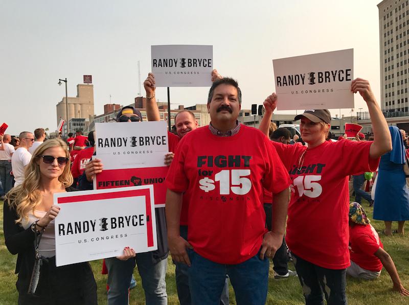 Randy Bryce junto a miembros de su equipo de campaña