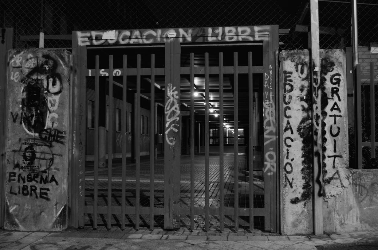 Puerta del IES Federica Montseny, Fuenlabrada. FOTO: Antonio Maestre