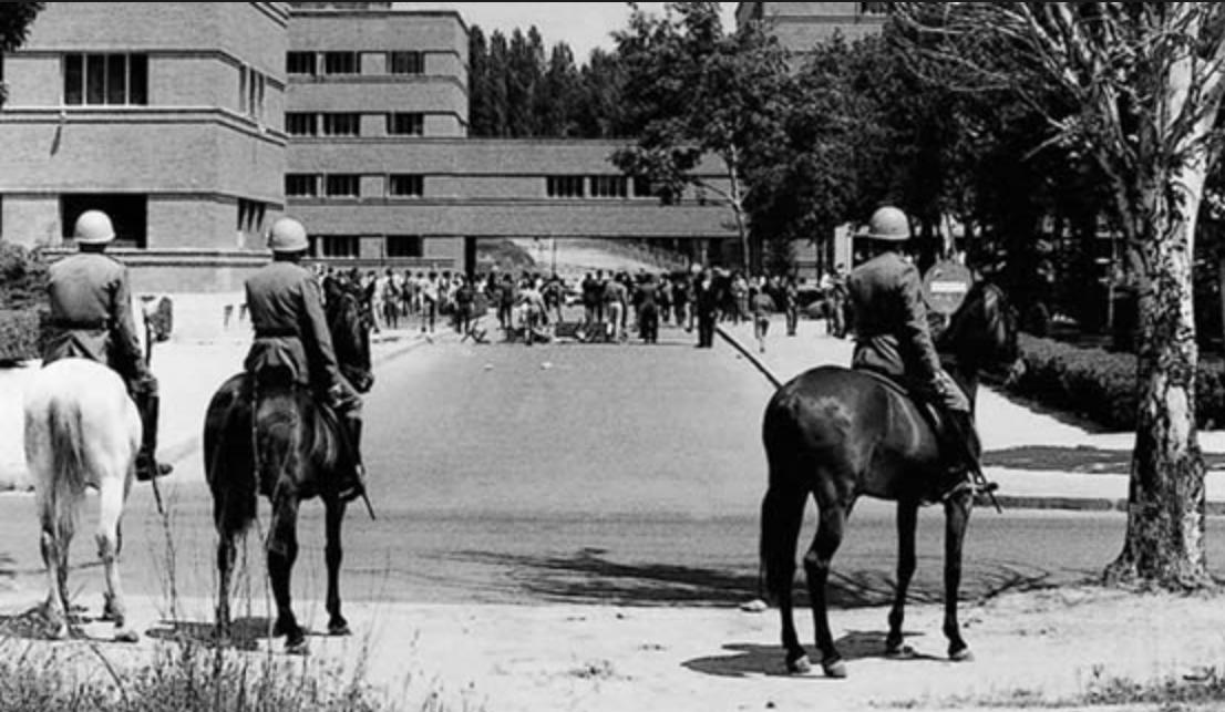 Grises en la entrada de la universidad. FOTO: web de la Universidad de Santiago (CC)