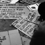 Vecino de Lavapiés escribiendo una pancarta en la plaza Nelson Mandela