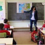 Profesora dando clase en un aula madrileña